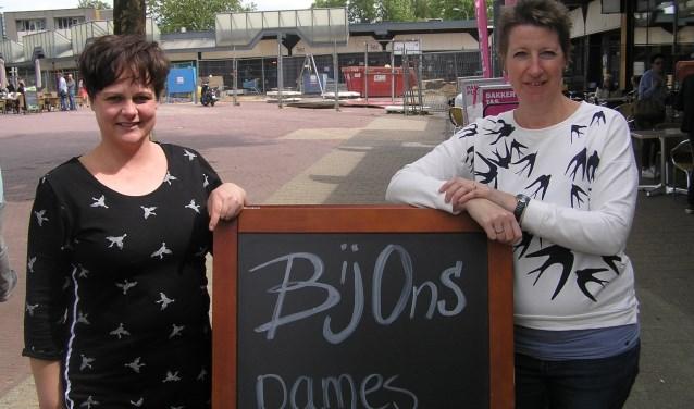 Diana Dokter (l.) en Marloes Hoetink zijn blij met hun nieuwe stek op het winkelcentrum Colmschate. (foto Gerreke van den Bosch)