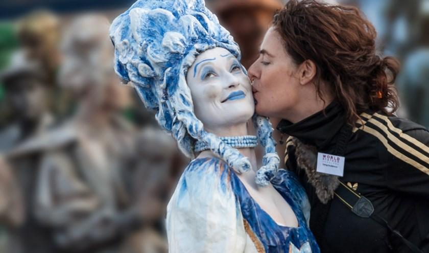 Eveline Beuman met een van haar levende sculpturen.