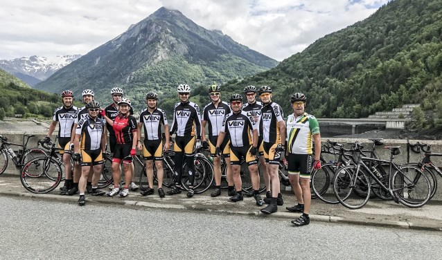 Drie teams van aannemingsbedrijf G. van der Ven B.V. uit Brakel deden mee aan de Alpe D'HuZes.