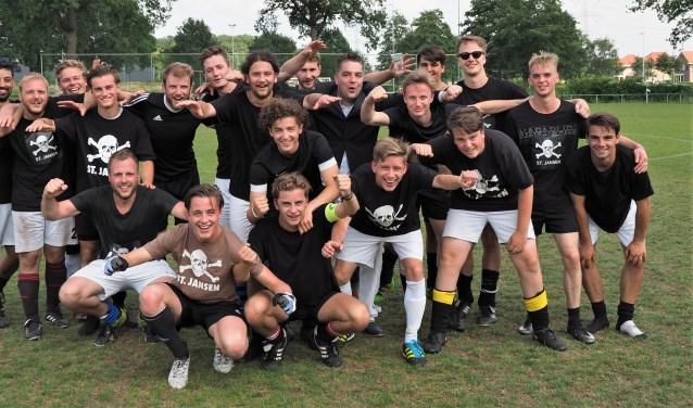 Het winnende team van coach Ward Verschaeren van Jansen en Janssen. Jansen won in de finale van het 40ste Pinda Cup Toernooi met 3-0 van De Pimpelaar.