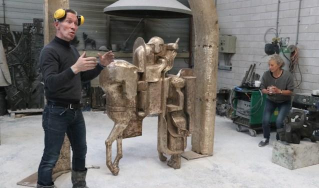 Bronsgieter Hans Steylaert geeft uitleg over het beeld. Rechts kunstenares en ontwerper van het beeld, Maria van Gerwen.