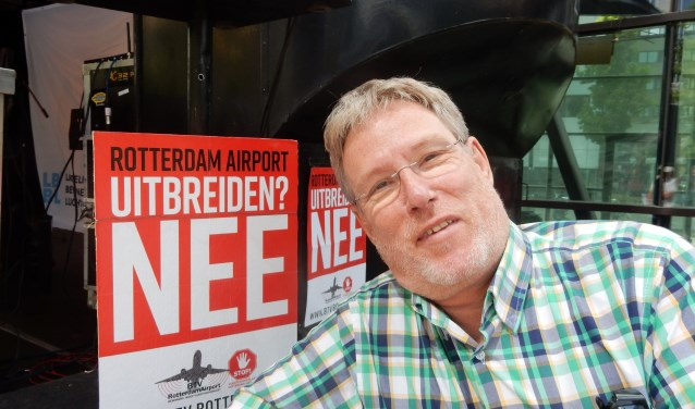 Alfred Blokhuizen kan nog wel glimlachen als hij geinterviewd wordt. Maar als hij praat over vliegtuighinder dan verdwijnt die glimlach op slag. Foto: Joop van der Hor
