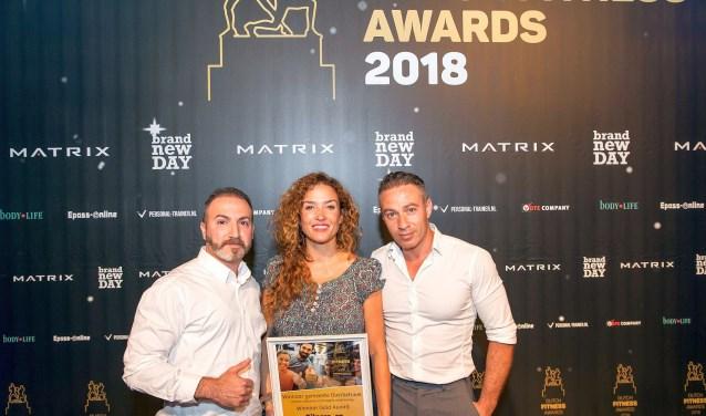 De prijs werd uitgereikt door Katja Schuurman. Naast haar Zari en Rafi Daoud. (foto: Erik Peek Fotografie Airvideo.nl)