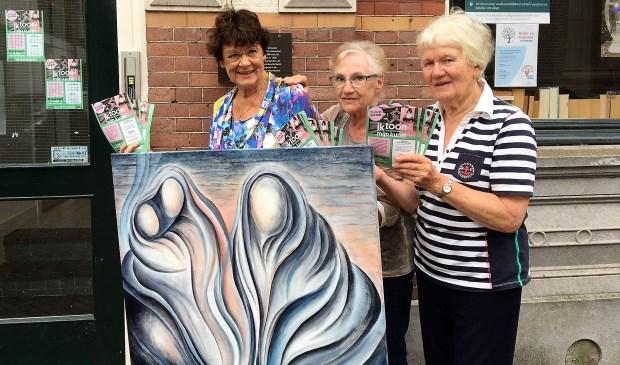 Schilder Ineke Hennekam (links) met twee vrijwilligers bij de Bank van Noppes. Eigen foto