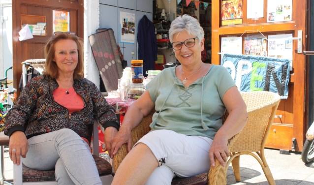 Rita Camp en Gerry Raaijmakers voor het Cambodia-Dutch winkeltje aan de Floralaan. Foto: Rob Weekers.