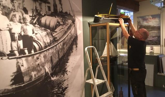 Theo Slijkerman werkt aan de opbouw van de expositie 'Nijkerk en de Zuiderzee' in Museum Nijkerk. De exposities in het museum en het stoomgemaal zijn vanaf vrijdag 15 juni voor het publiek geopend. (Foto: Museum Nijkerk)