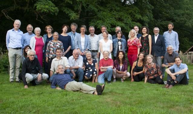 De23 nieuwe gediplomeerde IVN-natuurgidsen en 2 certificaathouders samen met de cursusleiding. FOTO: Peter van der Wijst