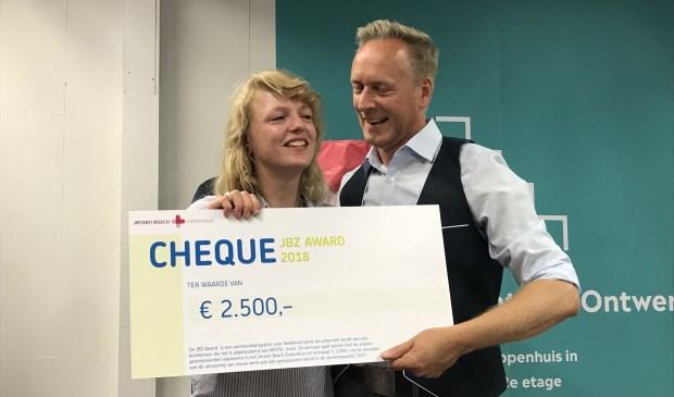 De uitreiking van de JBZ-Award aan de winnaar Lotte van der Pasch.
