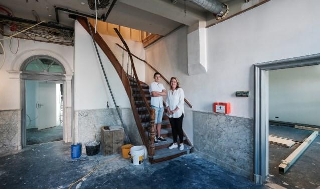 Toekomstig bewoner Jimmy en Initiatiefneemster Karen Oostwouder in de hal van Huis Rijck. Het pand wordt momenteel grondig gerenoveerd om aan het eind van de zomer onderdak te bieden aan bewoners en deelnemers van de dagbesteding. (foto: Jan Ruland van den Brink)