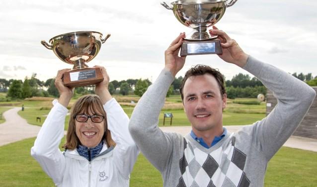 Maureen Scroggie en Tyrone de Groot met de kampioenstrofeeën.
