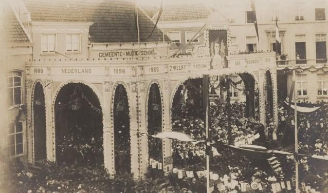 Deze historische foto toont de viering van het eerste jubileum van de Bergse muziekschool. De foto is afkomstig uit 't West-Brabants Archief.