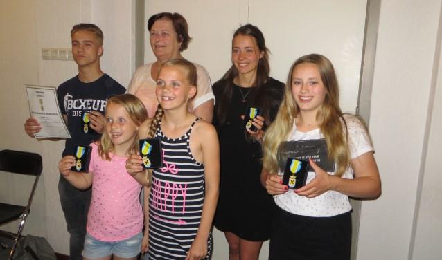 De vijf jongeren die een jeugdlintje hebben gekregen van wethouder Hanny Visser.
