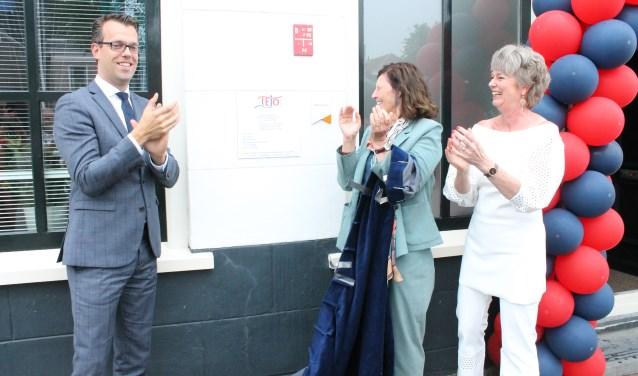 Met de onthulling van een het naambord TEJO opende op Grote Kade 2 in Goes  een echt TEJO-huis, en bovendien het eerste in Nederland. Van links naar rechts Derk Alssema, Ingrid de Jonghe en Marja de Pundert. FOTO: Leon Janssens