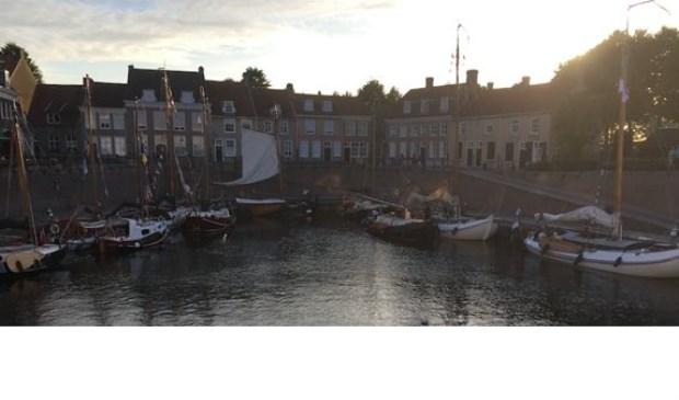 Een impressie van de stadshaven, gevuld met diverse historische schepen, in Heusden.