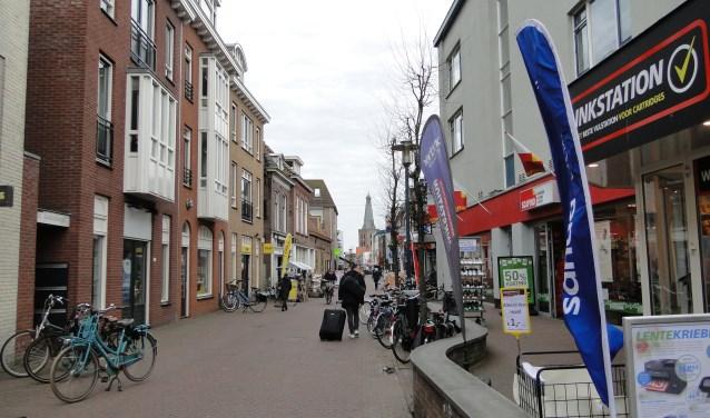 Her en der geparkeerde fietsen zijn de gemeente en de Barneveldse Middenstands Vereniging een doorn in net oog. Foto: Leo Polhuys