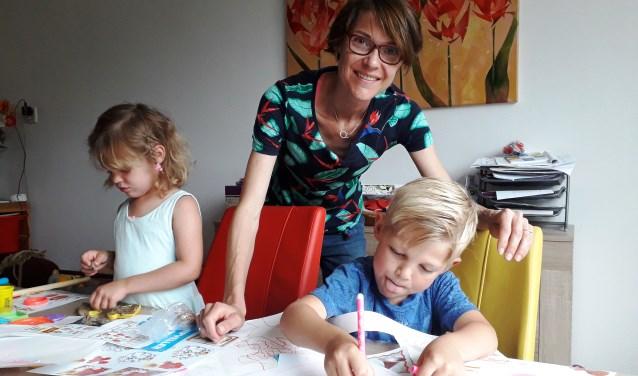 Lisanne Bijlsma met dochter Annelie en zoon Sybren. De kinderen maken tekeningen voor donateurs die een bijdrage storten voor Lisannes hulphond Jody. (Foto Margaretha Coornstra)
