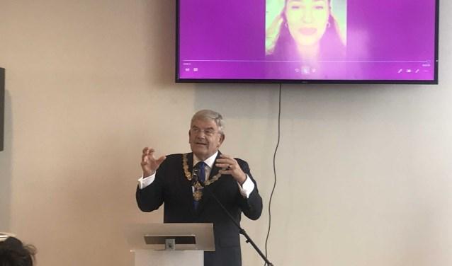 Burgemeester Jan van Zanen was verguld met de Duidelijketaalprijs 2018. Fidan Ekiz, winnares van vorig jaar, sprak een videoboodschap voor hem in. Foto: Roberto Cancian