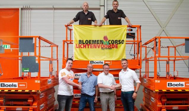 Vlnr: Wesley Helmers, Eugene Hulzink, Herman ter Haar en Alfred Biemolt bekrachtigen het sponsorcontract met een ferme handdruk onder het toeziend oog van twee medewerkers uit de Winterswijkse vestiging van Boels Rental.
