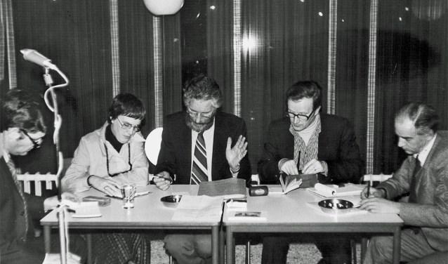 Het bestuur tijdens de jaarvergadering van Oud-Wageningen in 1977.Van links naar rechts: Anton Zeven, Lucy Elders-Vonk, Jan de Goede, Anton Steenbergen en Ad Rietveld. (foto: HV Oud Wageningen / A.G. Steenbergen)
