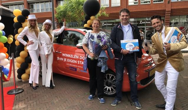 """Winnaar Frank Run en zijn vrouw zijn trotse winnaars van een jaar autorijden. De bestuursleden zijn tevreden. """"Goed hoe we zoiets kunnen realiseren, de consumenten waarderen het!"""""""