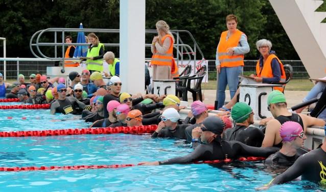 Bij de triathlon wordt gestart met het onderdeel zwemmen. Ook hier kunnen vrijwilligers een handje helpen. Foto: Lisette Altena.
