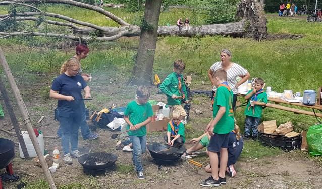 Kinderen koken op het vuur