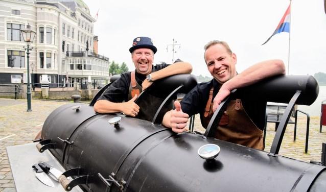 Marcel en Dennis bij een zes meter lange smoker. Wedstrijdgillen doen ze trouwens op een Big Green Egg. (Foto: Caty Groen)