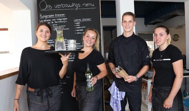 Isabel Widdershoven (links) en Lieke van Erp zijn de nieuwe exploitanten van het Veerhuis. Jafeth Kaayk uit Gennep is een van de twee koks, Fleur Miggiels uit Beugen staat in de bediening.  (foto: Marco  van den Broek)