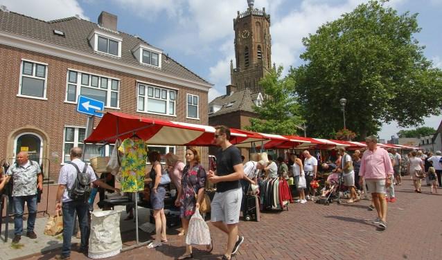 De Luikse Markt in Elst is telkens een publiekstrekker. Volgens een van de verkopers uit Eindhoven is het een voordeel dat bezoekers geen entree betalen. Hij noemt Elst 'een gezellige en goede markt'. (foto: Kirsten den Boef)