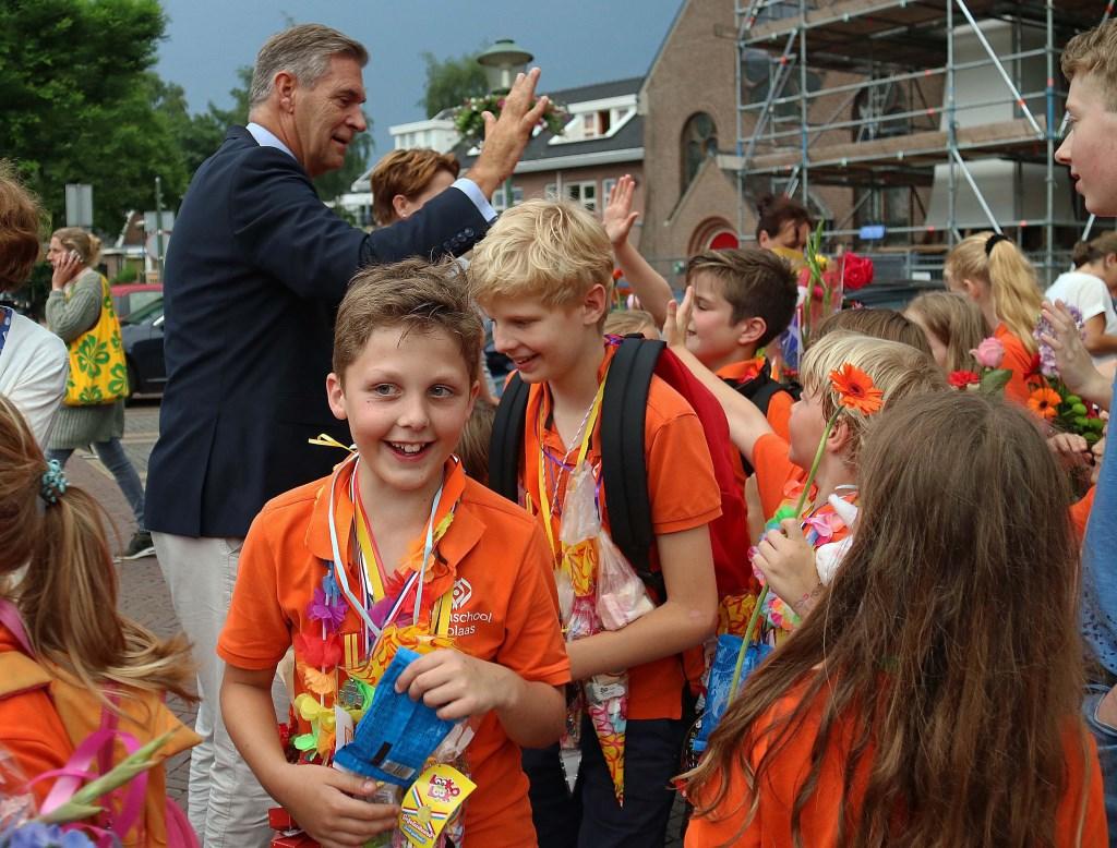 Na een 'high five' opstopping bij burgemeester Frits Naafs raakten vermoeidheid en blaren in de vergetelheid. Foto: Hanny van Eerden © Persgroep