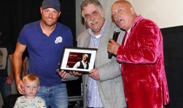Jaman presenteerde zijn nieuwe single  en  videoclip in Filmhuis De Keizer. Bert Bosman van Musicshop Disk nam het eerste exemplaar in ontvangst van presentator Willie Oosterhuis. (foto Auke Pluim)