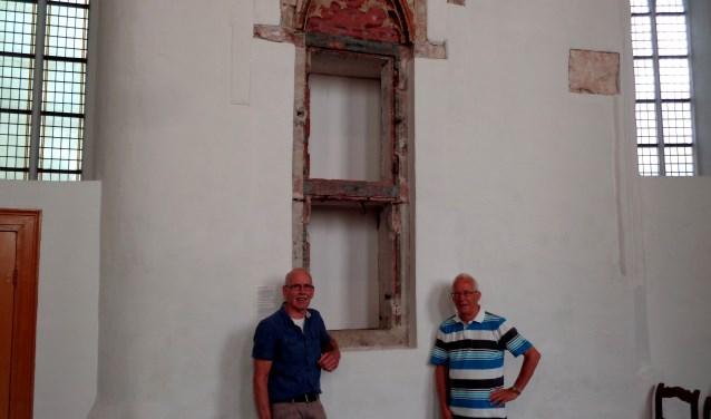 Jan Vroedsteijn (l) en Henk de Valk laten zien wat jarenlang verborgen bleef. FOTO: Roy Visscher