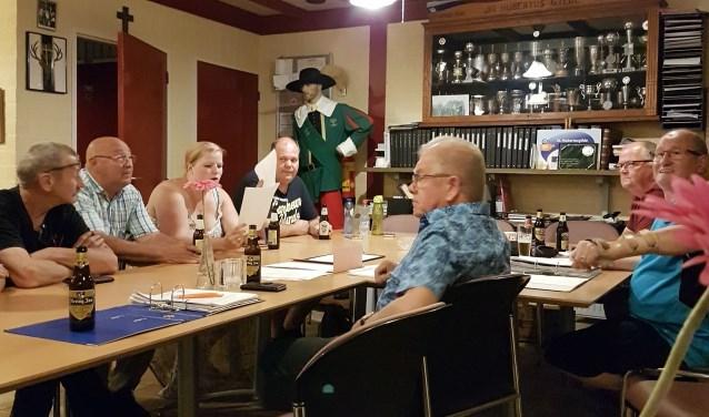 De leden van Gilde Sint Hubertus uit Drunen bereiden de verbroederingsdag voor.