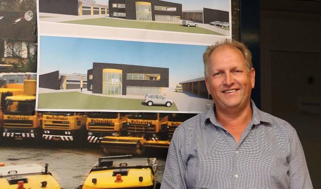 Wim van Wolfswinkel bij de artist impressions van zijn toekomstige bedrijfsonderkomen. FOTO: Hanny van Eerden