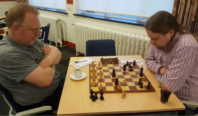 Hotze Tette Hofstra (rechts) won van Teunis Bunt en is virtueel kampioen. (foto: Rinus van der Molen)