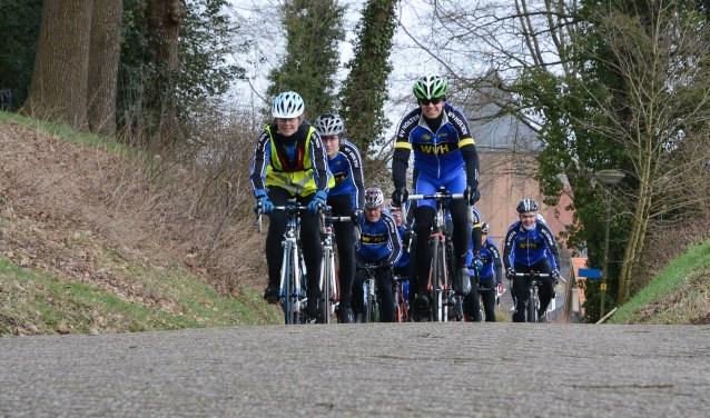 Racefietsers Wielervereniging Holten beklimmen Markeloseberg. Foto: Jan Scheperman.