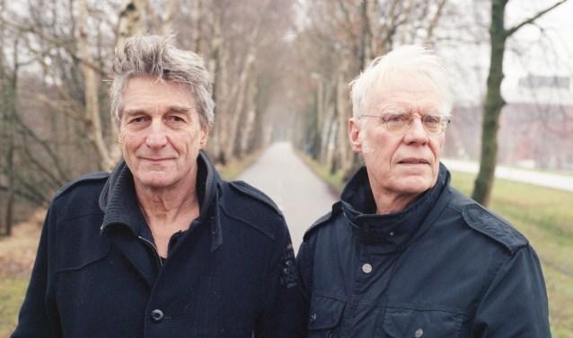 Auteurs van Pijn in het peleton: Frans Bevers (links) en Pieter Cramer uit Tolkamer. (foto: Wouter de Duc)