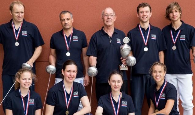 De gouden dames van Robbschermen en de zilveren Heren en Robb van Winden met de wisselbeker voor best presterende club