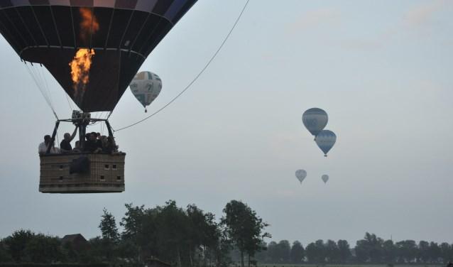 De Hexelse Ballooning ter ere van het 10 jarig jubileum van het Oranjecomité heeft afgelopen weekend plaatsgevonden. In totaal vertrokken 40 Hexelaren in zes ballonnen vanaf de Bekkenhaarsweg richting Geesteren. Foto: Plaatselijk Belang Hoge Hexel.