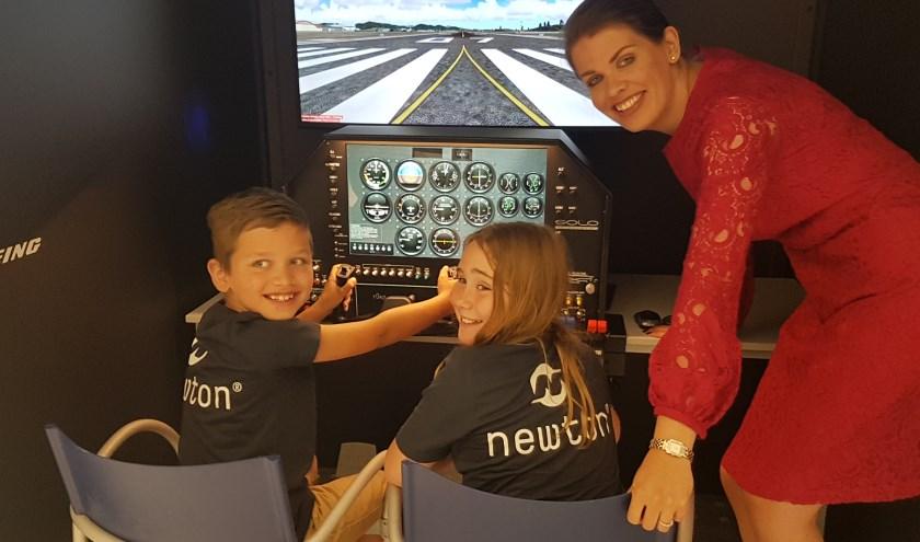 Tineke Bakker - Van der Veen wil de generatie van Daan en Lilian graag enthousiasmeren voor lucht- en ruimtevaarttechniek.