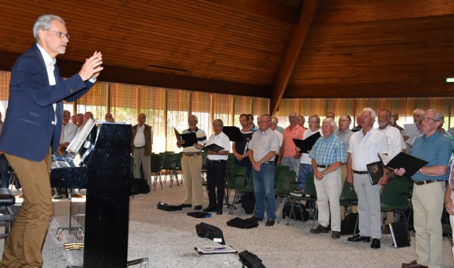 Het koor onder leiding van dirigent Arjan Breukhoven
