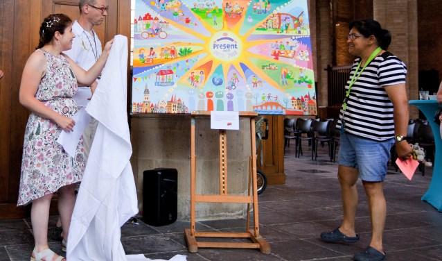 Zeynep, Coen en Widja onthullen het schilderij