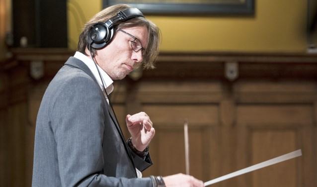 Jos Pijnappel is de dirigent, muzikaal leider en arrangeur van Musicals in het Volkspark. Hij geeft leiding aan een groot orkest van 35 muzikanten dat bestaat uit muzikanten van verschillende muziekverenigingen in de regio. Foto: Simon Kallas photography