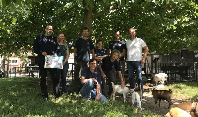 """Marja: """"Het is echt dankbaar werk. De dieren zijn fantastisch en die willen we graag aandacht geven."""" Stichting Alphense Kinderboerderijen zoekt vooral extra krachten in het weekend voor Boskoop."""
