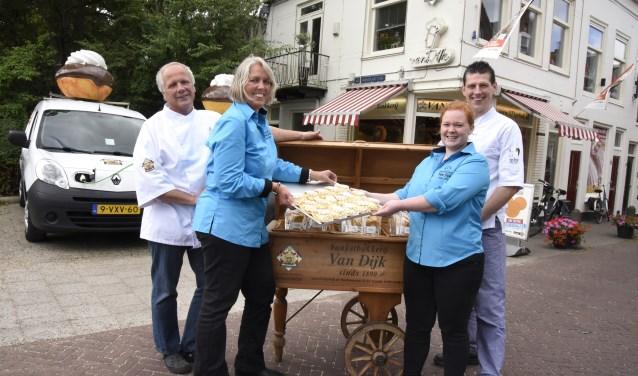 Rob en Gerda van Dijk dragen het 128 jaar oude familiebedrijf over aan Don en Linda. Foto: Marianka Peters