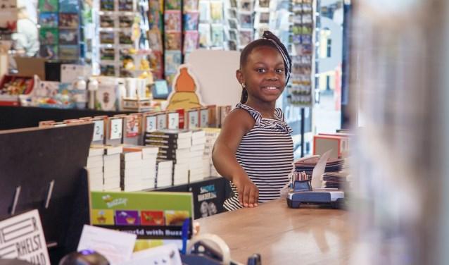 Op de eersteuitgiftedag was het direct topdrukte bij Boekhandel Broekhuis. Foto's: Reza Jalilpour