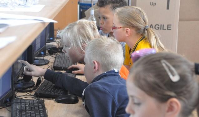 Geconcentreerd werken de leerlingen aan hun artikelen voor de Loeren bij de Boeren krant. Foto: Marieke Wiersma