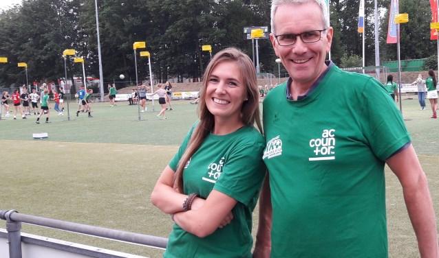 Op zaterdag 16 juni zijn de DVO-vrijwilligers herkenbaar aan het groene shirt. Marten en Mariëlle doen het graag aan voor de foto. Meer informatie is te vinden op de website: www.dvo-korfbal.nl/nkveldkorfbal.nl.