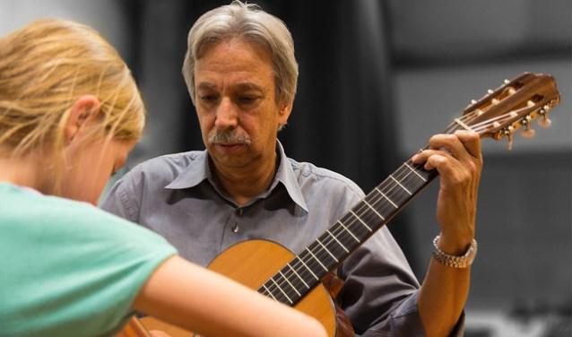 Rob Gerrits tijdens één van de vele gitaarlessen. Hij werkt nog tot de zomer, maar viert op de gitaardag 10 juni een feestelijk afscheid!