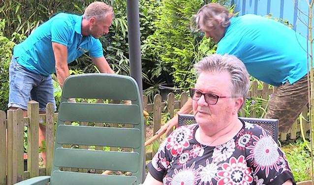 Alexander en Bas van Alles voor mekaar helpen een inwoner van Vlijmen met klusjes in de tuin.